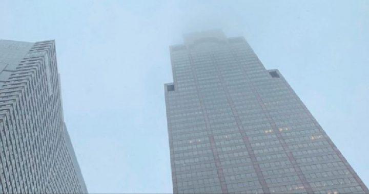 Susto en Nueva york, helicóptero se estrella contra edificio.
