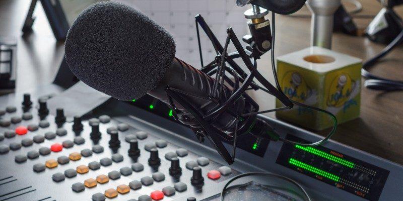 La historia de una emisora comunitaria que orienta a la comunidad en trámites legales